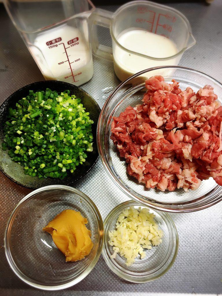 【男子ごはん人気レシピ】牛肉とコクみそのクリームソースパスタ材料を切る
