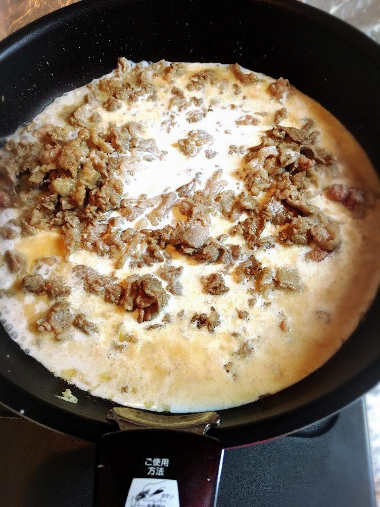 【男子ごはん人気レシピ】牛肉とコクみそのクリームソースパスタ生クリームを加えて一煮立ち